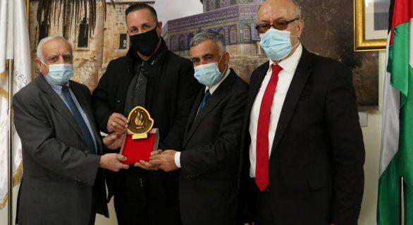 المجلس الأعلى للإبداع والتميز يكرم رئيس بلدية سردا أبو قش